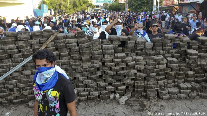 Barricades shielding protestors in clashes with security forces (picture-alliance/dpa/AP Photo/E. Felix)