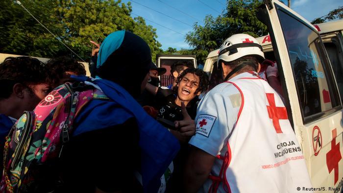 Ein verletzter Demonstrant wird versorgt