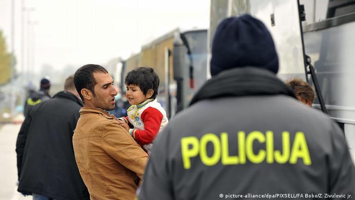 Policajac s izbjeglicama