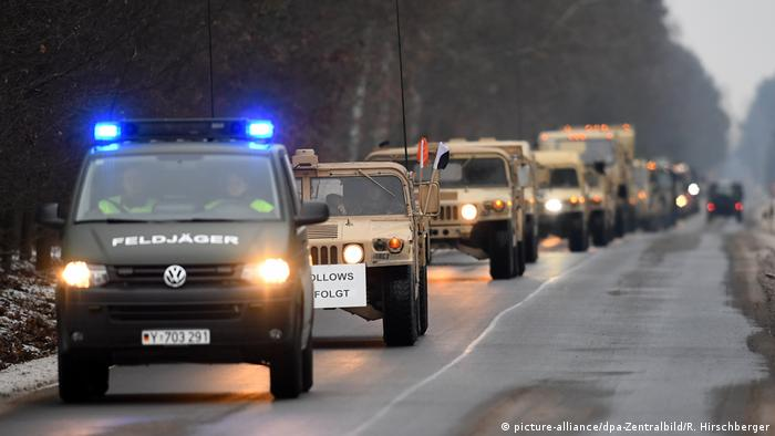 Bundeswehr-Feldjäger begleiten einen US-Militärkonvoi in Brandenburg (Archivfoto) (Foto: picture-alliance/dpa-Zentralbild/R. Hirschberger)