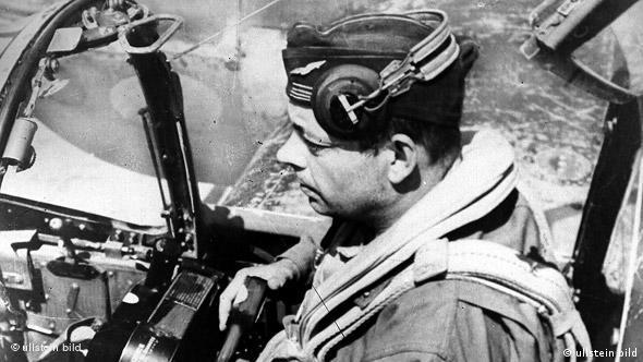 با شروع جنگ جهانی دوم سنت اگزوپری به عنوان خلبانی با تجربه با نیروی هوایی فرانسه همکاری کرد
