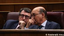 31.05.2018+++Madrid, Spanien+++ Basque Nationalist Party (PNV) spokesman Aitor Esteban speaks to fellow party deputy Mikel Legarda during a motion of no confidence debate at Parliament in Madrid, Spain, May 31, 2018. REUTERS/Susana Vera