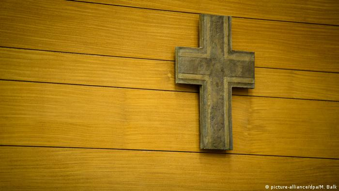 Cross on the wall of a courtroom (picture-alliance/dpa/M. Balk)