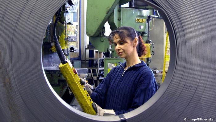 Industriearbeiterin mit Schaltleiste Symbolbild