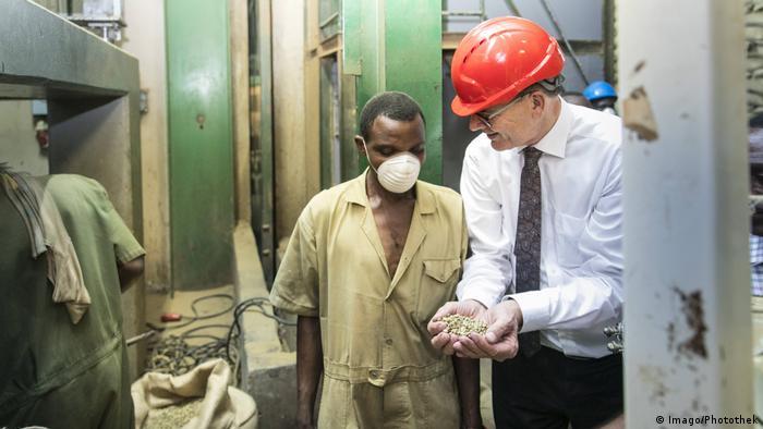 Bundesentwicklungsminister Gerd Mueller bei der Besichtigung der Firma Ibero Uganda Ltd