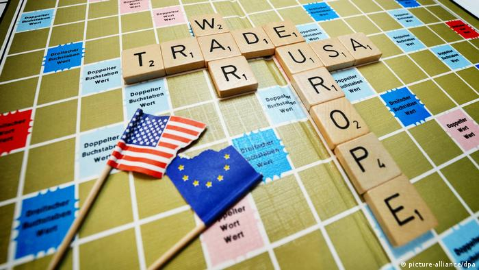 Scrabble pieces forming the words trade war europe USA (picture-alliance/dpa)