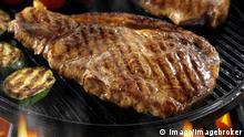 Bildnummer: 59023890 Datum: 25.05.2012 Copyright: imago/imagebroker Sirloin-Steaks mit Tomaten, in Pfanne auf einem Grill Food Objekte xsp x0x 2012 quer Ernährungen Ernährung Fleischwaren Fleischware Fleisch Foodfoto Foodstills Foodstill Food gegrillter gegrillte gegrilltes gegrillt grillend grillen Grills grillt grillender grillende grillendes Grill Innenaufnahme keine Personen Lebensmittel menschenleer Nahrungsmittel niemand Rindersteaks Rindersteak Rindfleisch Sirloin-Steaks Sirloin-Steak Steaks Steak Stillleben Studioaufnahmen Studioaufnahme Unschärfen Unschärfe 59023890 Date 25 05 2012 Copyright Imago image broker Steaks with Tomatoes in Pan on a Barbecue Food Objects xsp x0x 2012 horizontal Nutrition Nutrition Meat products Meat product Meat food foto food stills food till Food Grilled Grilled Grilled grilled grilling Grilling Grills grills grillender grillende Barbecue Interior shot none People Food deserted Food Nobody Beef steaks Beef steak Beef Steaks Steak Steaks Steak Still life Studio recordings Studio shooting Blurred Blur