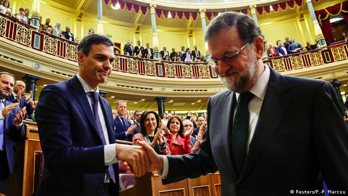 Зміна влади у червні 2018 року: після висловленого вотуму недовіри Маріано Рахой (праворуч) вітає майбутнього прем'єр-міністра Іспанії Педро Санчеса