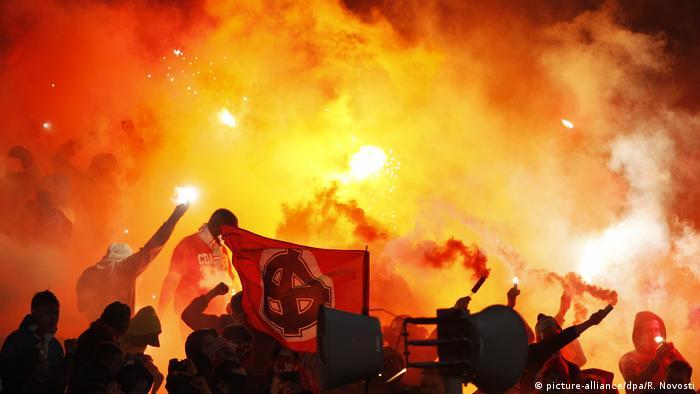 Russland, Jaroslawl: Fans randalieren beim Fußballspielpiel Schinnik Jaroslawl - Spartak Moskauk (picture-alliance/dpa/R. Novosti)