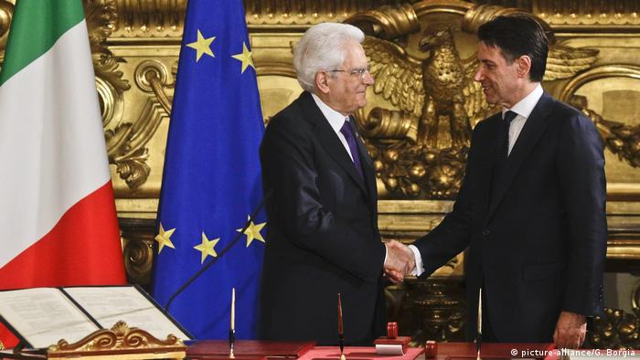 Italien, Rom: Präsident Sergio Mattarella gibt Giuseppe Conte die Hand (picture-alliance/G. Borgia)