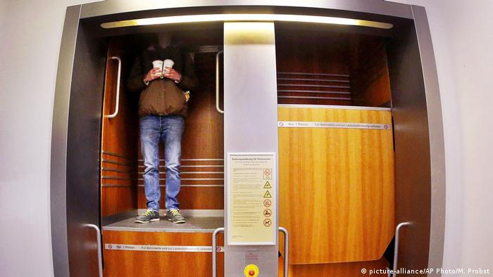 A man stepping into an elevator (picture-alliance/AP Photo/M. Probst)