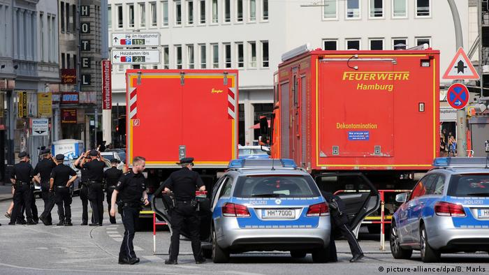 Emergency services outside Hamburg central station (picture-alliance/dpa/B. Marks)