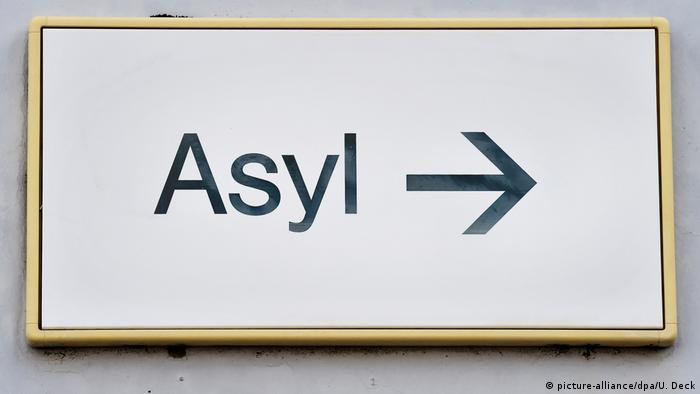Asylum sign (picture-alliance/dpa/U. Deck)