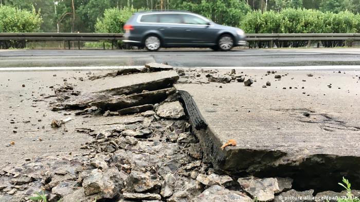 Hitze beschädigt Betonplatten auf der Autobahn A10 (picture-alliance/dpa/J. Stähle)