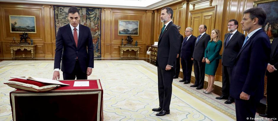 Sánchez toma posse como chefe de governo espanhol diante do rei Felipe 6°: sem uso da Bíblia e do crucifixo