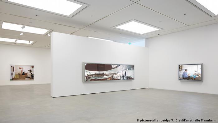 Blick in Ausstellungsraum der Kunsthalle Mannheim mit Fotos von Jeff Wall.
