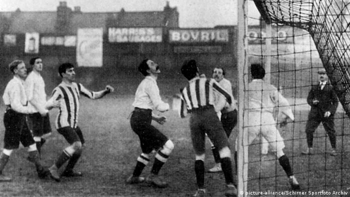 German and English soccer players in front of a goal in a 1909 game in Oxford (picture-alliance/Schirner Sportfoto Archiv)