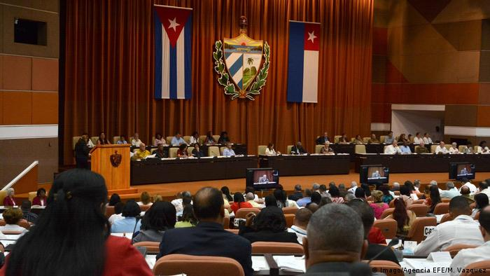 Küba parlamentosu komünizmi anayasadan çıkardı
