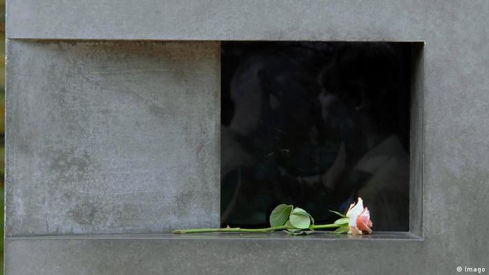 Rose am Denkmal für die im Nationalsozialismus verfolgten Homosexuellen in Berlin