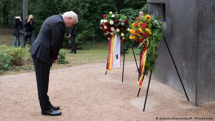 Steinmeier at the memorial to commemorate homosexuals persecuted by the Nazis (picture-alliance/dpa/R. Hirschberger)