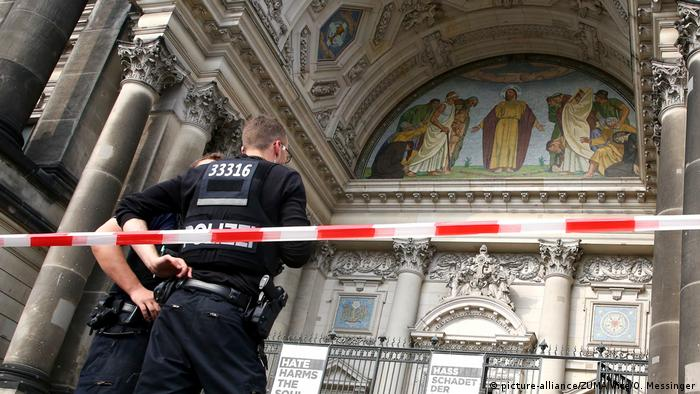 Police cordon off Berlin Cathedral (picture-alliance/ZUMA Wire/O. Messinger)