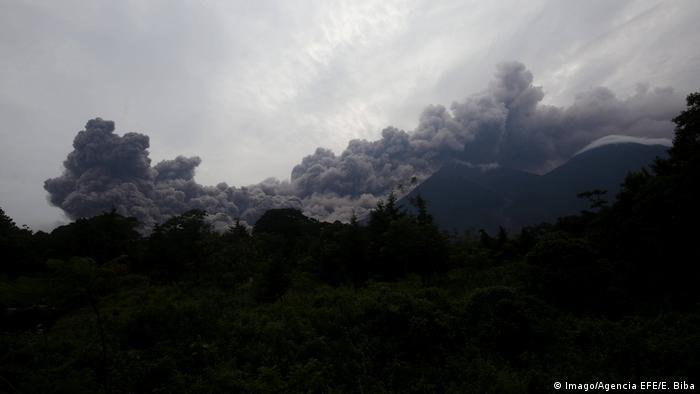 La mayoría de las personas en Guatemala murieron a causa de los llamados flujos piroclásticos. Estas avalanchas de gases extremadamente calientes y rocas lanzadas por la erupción desde el interior de la Tierra se desplazaron por el valle a varios cientos de kilómetros por hora, destruyendo pueblos enteros. El volcán de fuego continúa en ebullición. En noviembre estalló de nuevo. No hubo muertes.