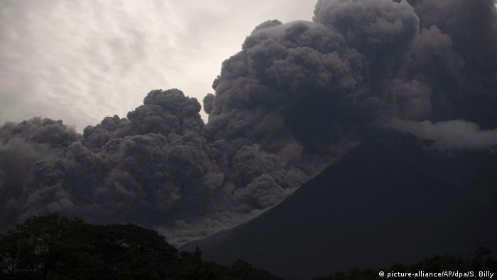Guatemala's Volcano of Fire erupts on June 3 (picture-alliance/AP/dpa/S. Billy)