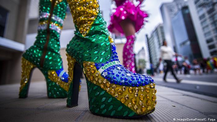 Sapato de salto nas cores do Brasil