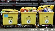 Drei überqellende Müllcontainer für Verpackungsmüll,