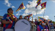 Ruairi Casey aus London. Thema: CONIFA world cup 2018 Phuntsok Dalu (left) drums as Tibetans supporters cheer on their team against Northern Cyprus in London, United Kingdom. 2 June 2018.