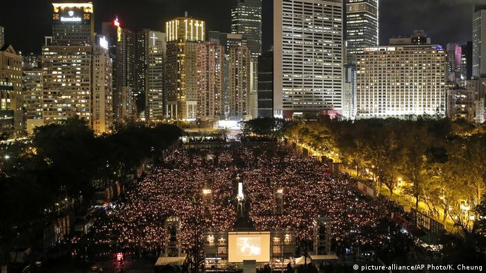 Hongkong Gedenken 29. Jahrestag Jahrestag Tiananmen-Massaker in Peking (picture-alliance/AP Photo/K. Cheung)
