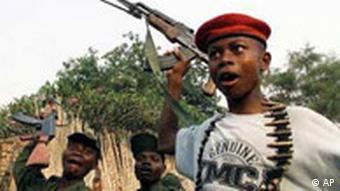 Drei bewaffnete Kindersoldaten