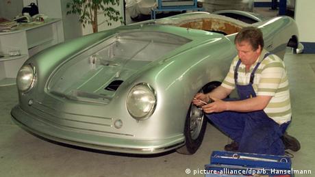 First Porsche 356 is being repaired (picture-alliance/dpa/b. Hanselmann)
