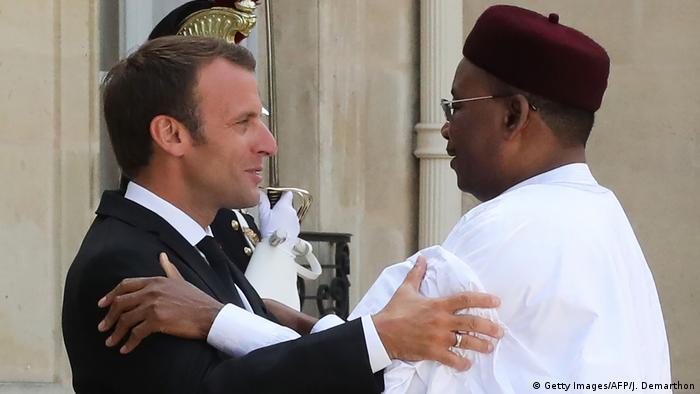 Frankreich Präsident Emmanuel Macron & Mahamadou Issoufou, Präsident Niger (Getty Images/AFP/J. Demarthon)