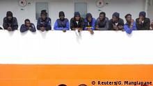 Italien Sizilien Flüchtlinge auf dem Schiff Aquarius im Hafen von Catania