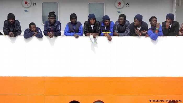 Беженцы на палубе спасательного судна Aquarius (фото из архива)