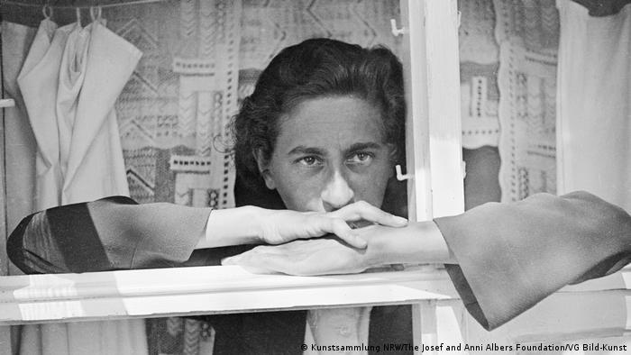 Anni Albers am Fenster (Kunstsammlung NRW/The Josef and Anni Albers Foundation/VG Bild-Kunst)