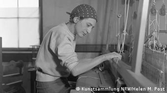 Anni Albers sitzt am Webstuhl