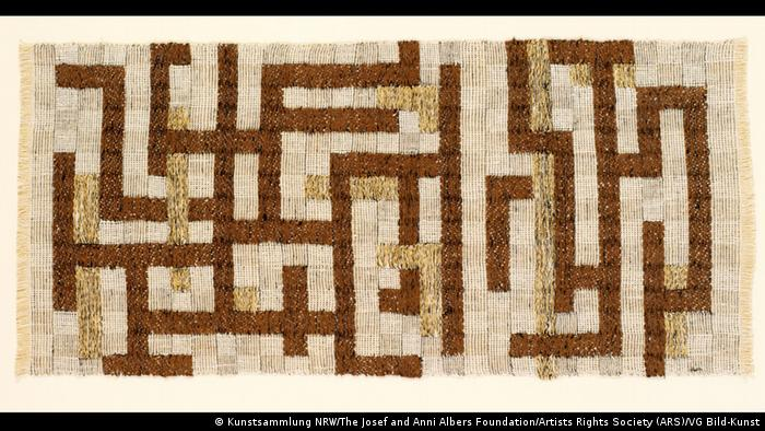 Sand-colored carpet with labyrinth-like lines in shades of brown (Kunstsammlung NRW/The Josef and Anni Albers Foundation/Artists Rights Society (ARS)/VG Bild-Kunst)
