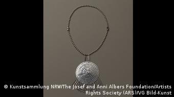 Kette mit Anhänger aus einem Abflussieb(Kunstsammlung NRW/The Josef and Anni Albers Foundation/Artists Rights Society (ARS)/VG Bild-Kunst)