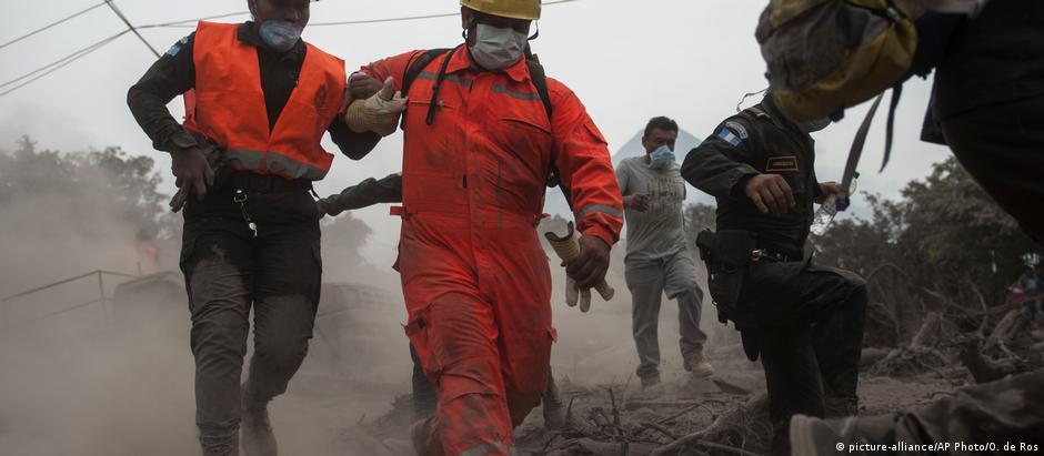 Bombeiros e policiais tiveram de interromper resgate devido à fumaça e às cinzas expelidas pelo vulcão