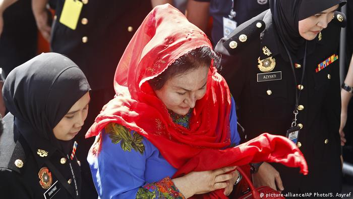 Rosmah Mansor is led by officers into Malaysia's Anti-Corruption Commission (picture-alliance/AP Photo/S. Asyraf)