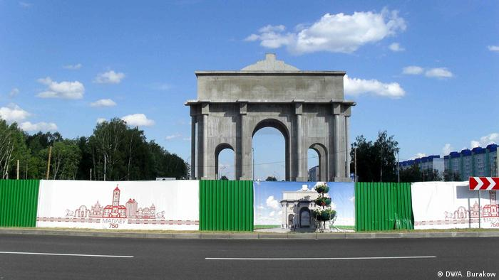 Строящаяся Триумфальная арка на окраине Могилева