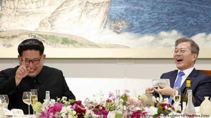 Kim Jong Un und Moon Jae In beim Staatsdinner, beide lachen (picture-alliance/Zumapress/Inter-Korean Press Corps)