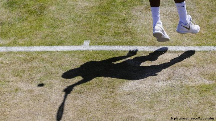 The shadow of a tennis player on the court (picture-alliance/Actionplus)