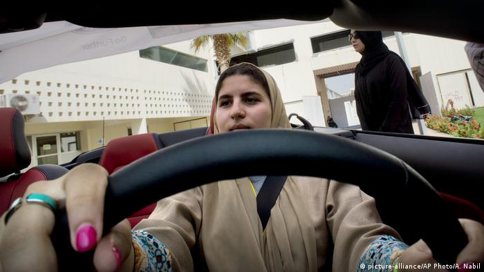 Saudi-Arabien - Frauen am Steuer (picture-alliance/AP Photo/A. Nabil)