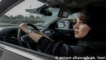 ARCHIV - 13.05.2018, Saudi-Arabien, Riad: Eine Frau sitzt bei einer Automesse, die ausschließlich für Frauen ist, in einemAuto. (zu dpa Umbruch mitAuto: Fahrende Frauen sollen saudische Wirtschaft stärken vom 23.05.2018) Foto: Ahmed Yosri/dpa +++(c) dpa - Bildfunk+++ | Verwendung weltweit