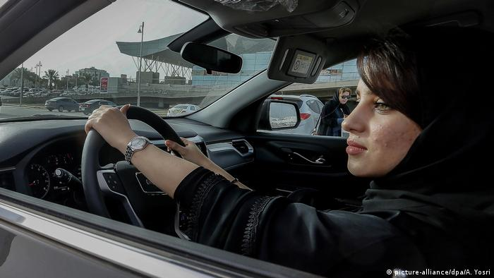 A woman driving a car in Saudi Arabia (picture-alliance/dpa/A. Yosri)