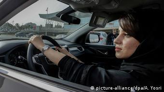 Suudi kadınlar kısa bir süre öncesine kadar otomobil kullanamıyordu