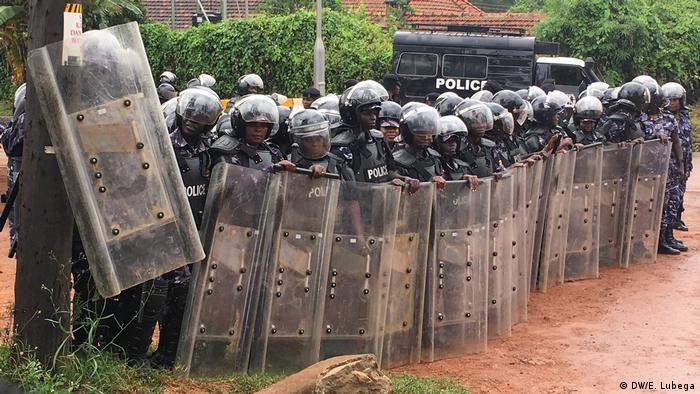Ugandan riot police with shields and helmets (DW/E. Lubega)